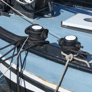 Nœuds marins sur un bateau bleu cordes noires et grises le bateau est dans le canal de Sète
