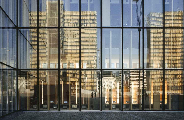 Paris reflets de deux bâtiments de la bibliothèque nationale de France vue dans les vitres d'un troisième bâtiment.