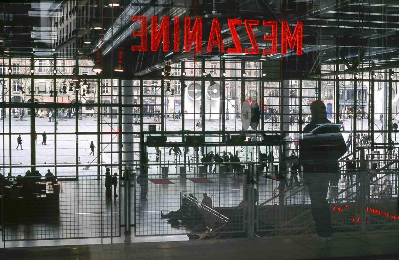 Reflets dans les vitres du centre Georges Pompidou. On y voit l'intérieur et la place extérieure de centre Georges Pompidou