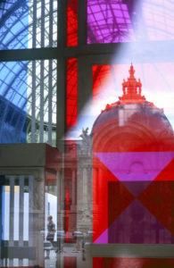 Reflet du dôme du petit palais vue dans les vitres colorées bleu, rouge et violet du grand palais - Paris
