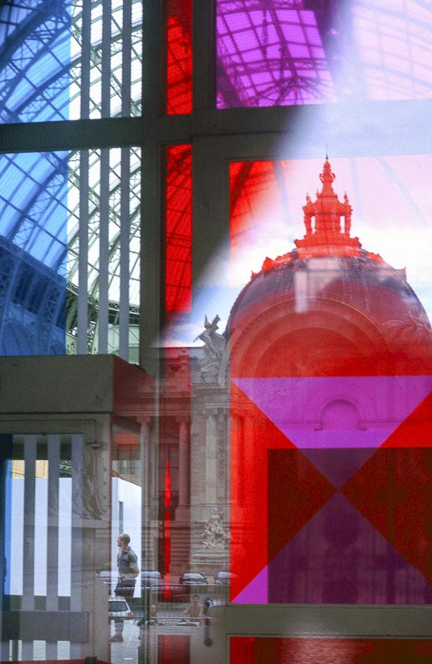 Le dôme du petit palais vue dans les vitres colorées bleu, rouge et violet du grand palais