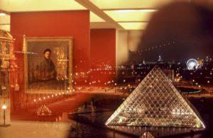 Paris - Photo prise d'une fenêtre de intérieur du musée du Louvre une partie reflète un tableau de l'intérieur et l'autre partie l'extérieur avec la pyramide