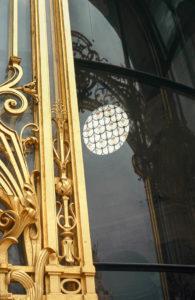 Paris - reflet de la porte dorée du petit palais avec un vitrail circulaire