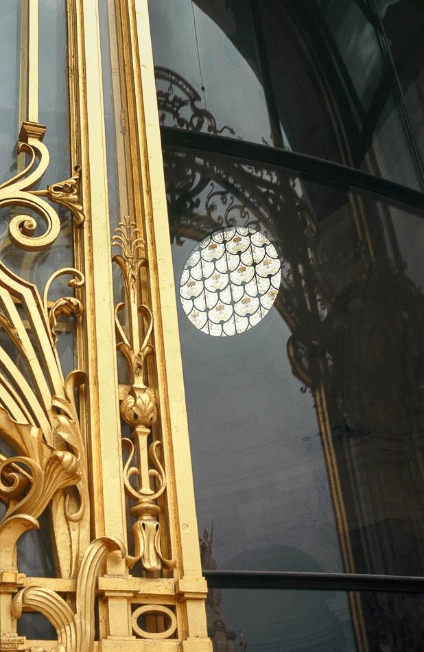 Paris - Porte dorée du petit palais avec un vitrail circulaire