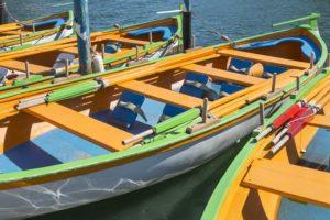 Barques oranges bleues et vertes dans le canal de Sète