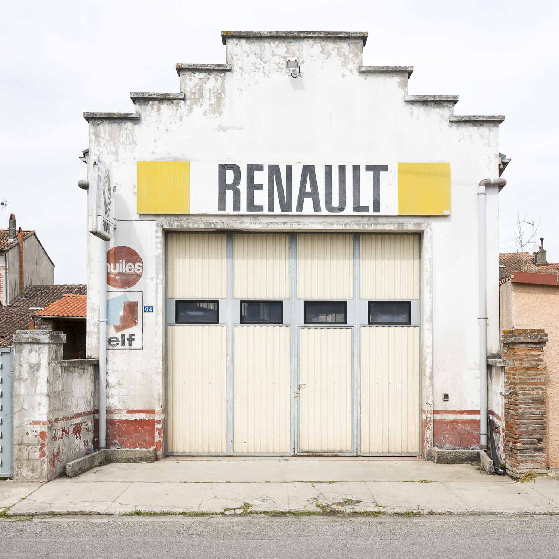 Dans la série anciens garages automobiles un garage Renault à Rieumes en Haute-Garonne